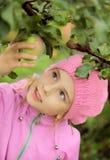 La fille et un pomme-arbre Photos stock