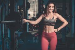 La fille exécutent l'exercice avec le barbell Image libre de droits
