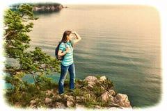 La fille examine la distance Images stock