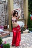 La fille exécute la danse orientale Photographie stock libre de droits