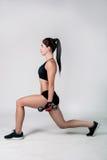 La fille exerce la forme physique Images stock