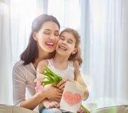La fille félicite la maman Photos stock
