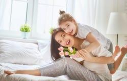 La fille félicite la maman Photographie stock libre de droits