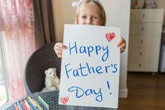 La fille f?licite le papa et lui donne le cadeau et la carte postale Concept heureux de f?te des p?res image stock
