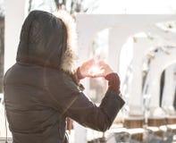 La fille fabrique le coeur à partir de des mains Image stock