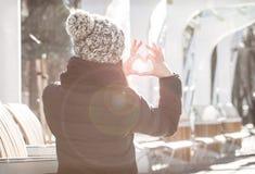 La fille fabrique le coeur à partir de des mains Images stock
