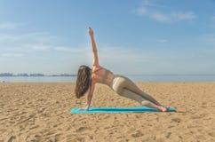 La fille faisant le yoga, faisant des asanas Images libres de droits
