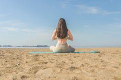 La fille faisant le yoga, faisant des asanas Photo stock