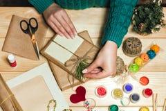 La fille fait des cadeaux de Noël photos libres de droits