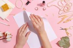 La fille fait l'origami de papier de grue Vue supérieure image libre de droits