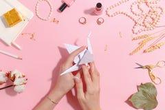 La fille fait l'origami de papier de grue Vue supérieure photo libre de droits