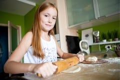 La fille fait la pâte Image stock