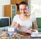 La fille fait le bracelet décoratif image libre de droits