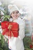 La fille fait le signe correct avec son cadeau de Noël image stock