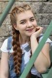 La fille fait la préparation à peindre un belvédère extérieur en bois, barrière photographie stock