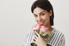 La fille fleurissant de l'amour aiment ceci fleurit Portrait d'amie attirante sensuelle, souriant largement tout en se tenant Image libre de droits