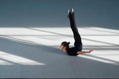La fille font la gymnastique rythmique de backfold Images stock
