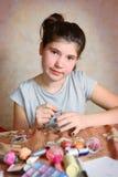 La fille font la manucure avec l'émail d'ongle noir Photos libres de droits