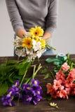 La fille font le bouquet au-dessus du fond gris Image stock