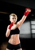 La fille fraîche de sport dans la boxe rouge bande des poinçons image libre de droits