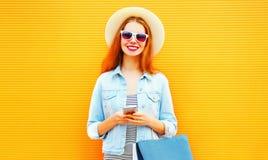 La fille fraîche heureuse utilise le smartphone dans la ville Photos libres de droits