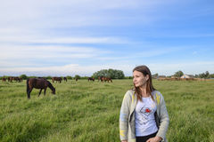 La fille frotte le cheval Fille avec des chevaux dans le pâturage Photos stock