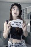 La fille frustrante n'est pas confiance dans un DIEU Image libre de droits