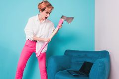 La fille furieuse fâchée de femme d'affaires avec une hache heurte un ordinateur portable, criant Émotions humaines négatives, ex Photo stock