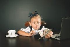 La fille a gagné beaucoup d'argent Image libre de droits