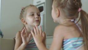 La fille gaie embrasse le miroir clips vidéos