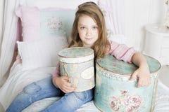 La fille garde le cadeau Photographie stock libre de droits