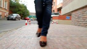 La fille grande et aux longues jambes passe par la ville 6 banque de vidéos