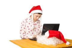 La fille habillée comme Santa Claus finit par savoir sur l'Internet Photo libre de droits