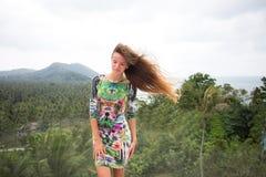 La fille heureuse, étant dans les tropiques, est beaucoup de mers, herbe, arbres, photo chaude, fille l'être à la mer, zhknshchin Photos libres de droits