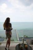 La fille heureuse, étant dans les tropiques, est beaucoup de mers, herbe, arbres, photo chaude, fille l'être à la mer, zhknshchin Images libres de droits