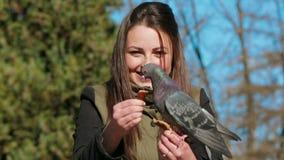 La fille heureuse alimente le pigeon banque de vidéos