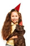 La fille heureuse avec elle peut jouer la fête d'anniversaire Photos stock
