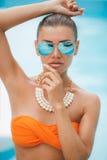 La fille heureuse dans la piscine dans la station de vacances tropicale Photographie stock libre de droits