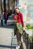 La fille heureuse de l'adolescence se tient sur les rues de la ville image stock
