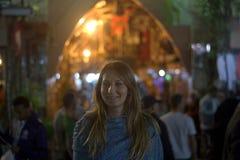 La fille heureuse des vacances pendant la nuit de ville de l'Est Images stock
