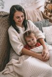 La fille heureuse et une mère riant sur le lit photos stock
