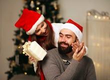 La fille heureuse lui donne le cadeau de Noël d'ami Photo libre de droits