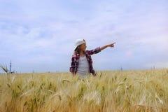 La fille heureuse montre sur ce qui cela dans le ciel photo libre de droits
