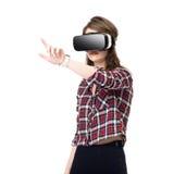 La fille heureuse obtenant l'expérience utilisant des verres de casque de VR de réalité virtuelle, beaucoup de gesticuler remet,  Image stock