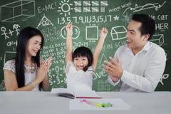 La fille heureuse obtiennent applaudissent dans la salle de classe Images stock
