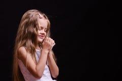 La fille heureuse pense à un rêve viennent vrai Photos libres de droits