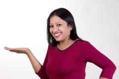 La fille indienne avec la paume a soulevé la pose pour une photographie de produit SH Images libres de droits