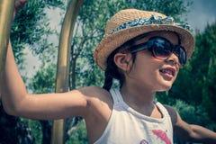 la fille 5 indienne britannique an joue sur un porte-bagages à un hôtel photos libres de droits