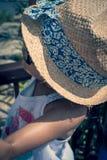 la fille 5 indienne britannique an joue sur un porte-bagages à un hôtel images stock