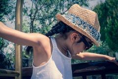 la fille 5 indienne britannique an joue sur un porte-bagages à un hôtel image stock